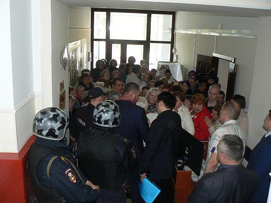На совещание в мэрии Томска по вопросам ЖКХ пригнали целый наряд людей, вооруженных автоматами