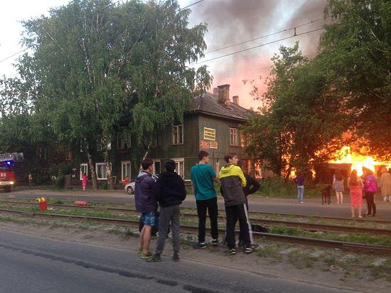В городе снова горят деревянные дома в микрорайоне Черемошники, с апреля там зафиксировано уже более 30 «странных пожаров»