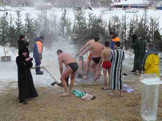 Роспотребнадзор не порекомендовал вКрещение купаться виордани наБайкале